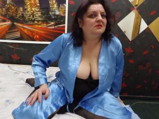AngieMilf show busty